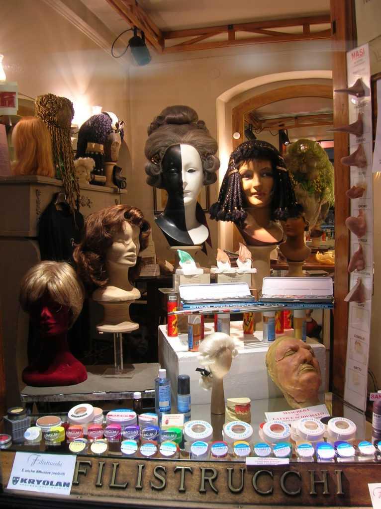 vetrina della bottega con trucchi, maschere, protesi e parrucche