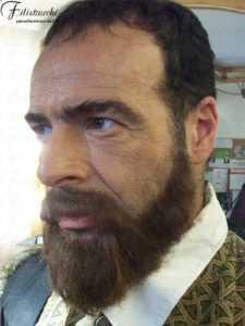 Immagine di uomo che indossa barba e baffi posticci alla Giambologna