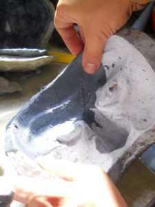 Fase di lavorazione di una maschera durante un corso