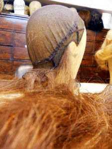 lavorazione di una parrucca: montatura