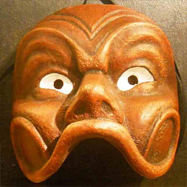 maschera artigianale in cartapesta prodotta nel nostro laboratorio di colore arancio