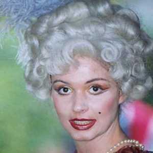 Attrice che indossa una parrucca del seicento