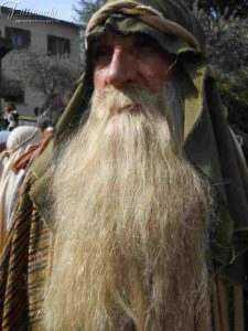 La foto rappresenta un trucco con baffi e barba per il personaggio di Giuseppe d'Arimatea per una processione