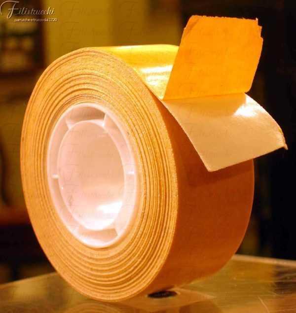 Immagine di un nastro biadesivo telato per toupet