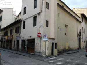 L'incrocio tra via verdi, sede della bottega ( a sinistra), e via pandolfini sede dell'Oratorio del Ceppo (a destra)