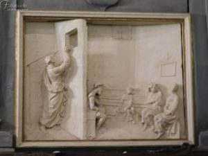 Il miracolo delle tre monete. Bassorilievo raffigurante San Nicola che lancia, di nascosto, tra monete da una finestra per pagare la dote ad altrettante fanciulle