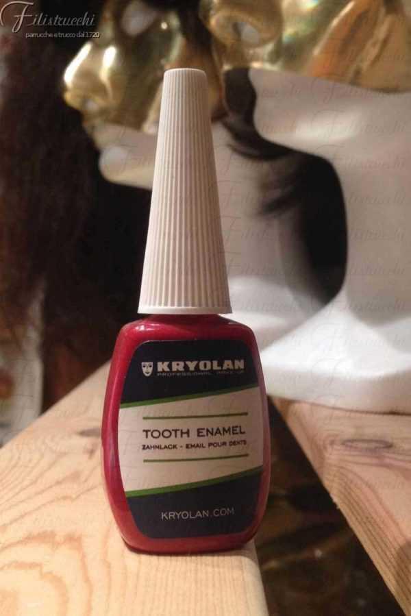 La oto ritraee una bottiglietta di smalto denti rosso della casa cosmetica Kryolan articolo 1220