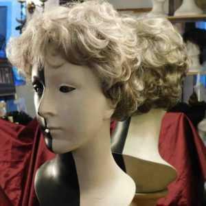 La foto ritraee una parrucca sintetica grigia NEW-PERFECT-colore-119