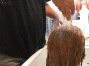 La fotoritraee il lavaggio di una parrucca Filistrucchi